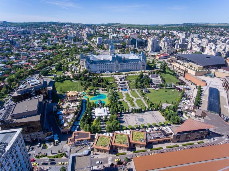 Iasi, Rumänien stadsmitt och offentlig trädgård som sett från över arkivfoton