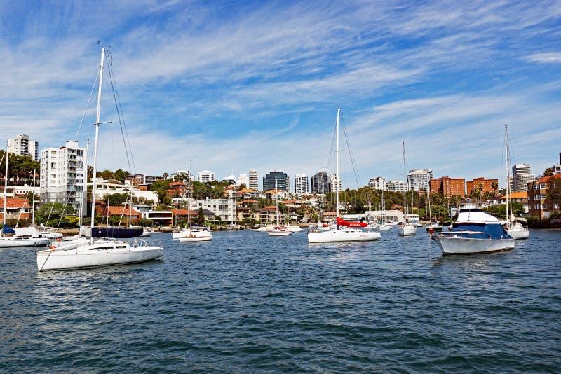Iate ancorados na baía neutra, Sydney, Austrália foto de stock