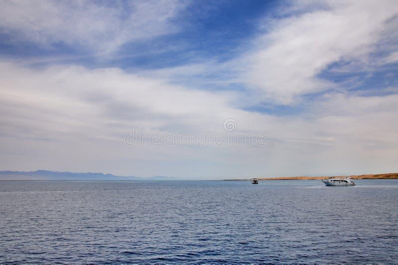 Iate branco no Mar Vermelho imagens de stock royalty free