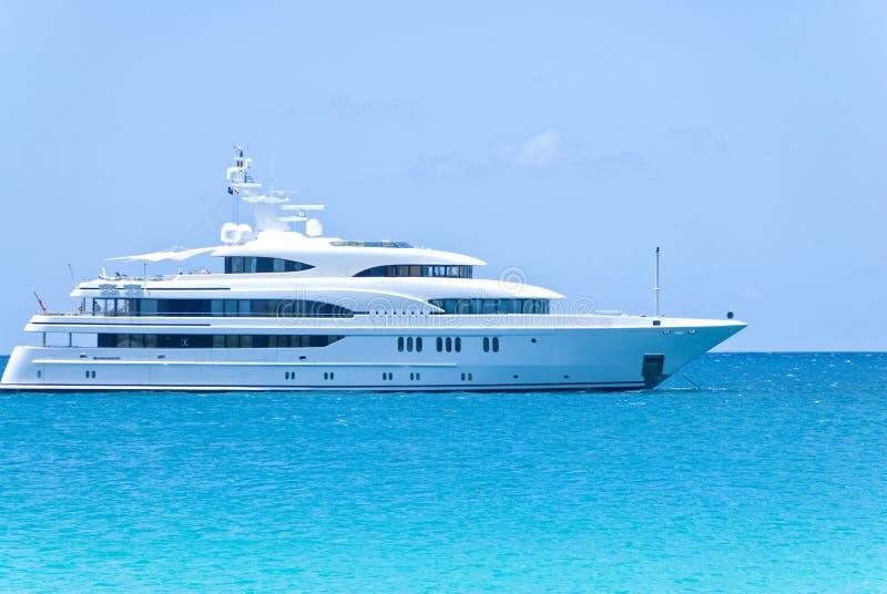 Iate branco no oceano fotografia de stock royalty free