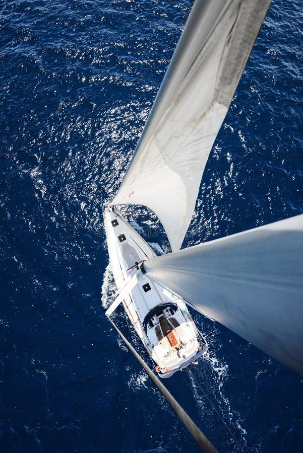 Iate da navigação do mastro no dia ensolarado com o oceano azul profundo imagem de stock royalty free