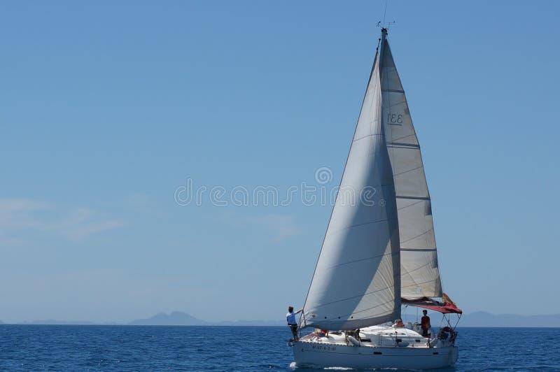 Iate da navigação no mar aberto imagem de stock