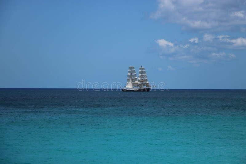 Iate da navigação no mar das caraíbas fotografia de stock