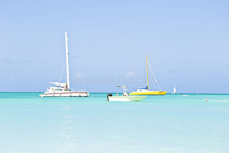 Iate Da Navigação No Mar Das Caraíbas Azul Foto de Stock