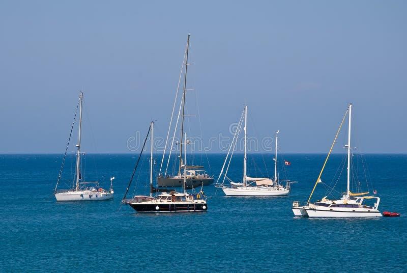 Iate da navigação no mar Mediterrâneo imagens de stock