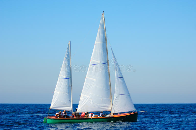 Iate da navigação no mar Mediterrâneo. imagens de stock