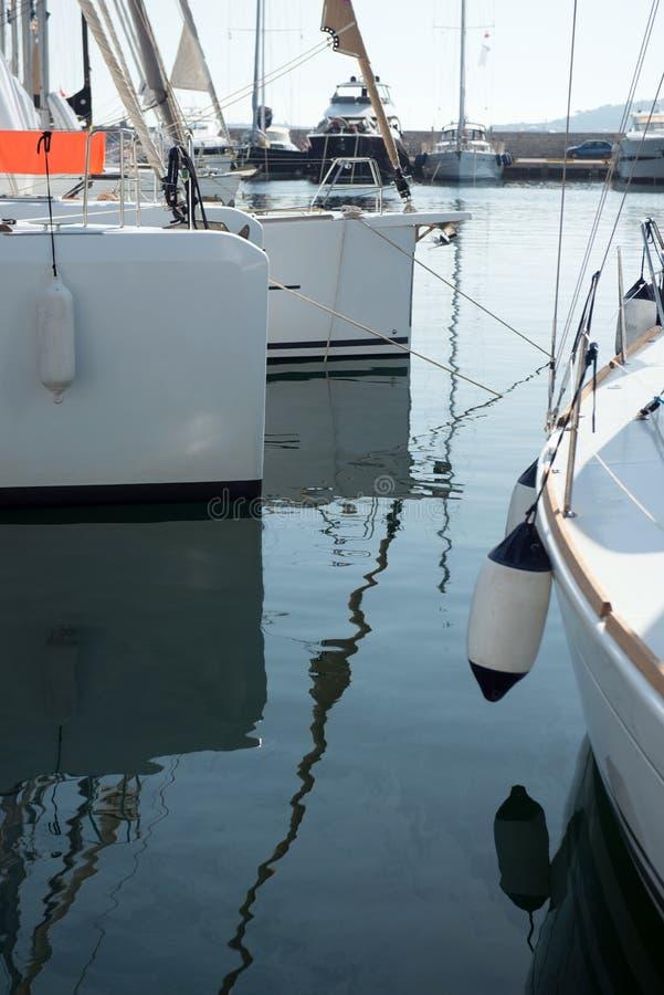 Iate da navigação no porto fotografia de stock royalty free