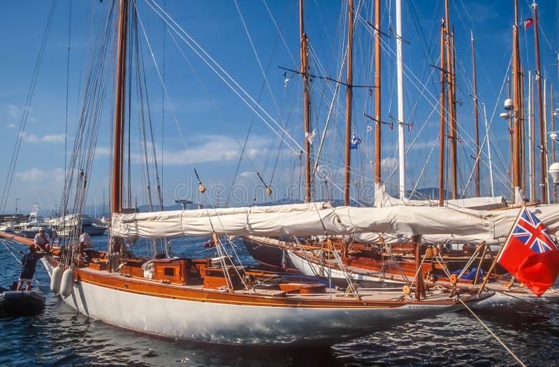 Iate da navigação no porto de Saint Tropez fotos de stock royalty free