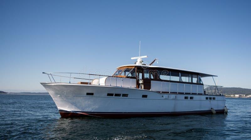 Iate de Chris Craft no mar no Columbia Britânica fotos de stock royalty free