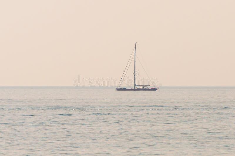 iate de navegação nas águas marítimas da Ligúria, perto da costa italiana de Riviera Sanremo fotografia de stock
