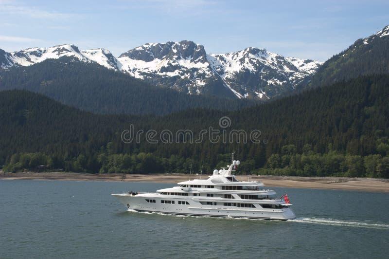 Iate do desporto de barco que cruza em Alaska dentro da passagem imagens de stock