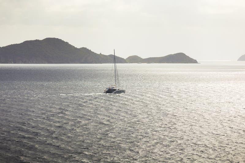 Iate do navio de navigação com a ilha em um fundo foto de stock royalty free