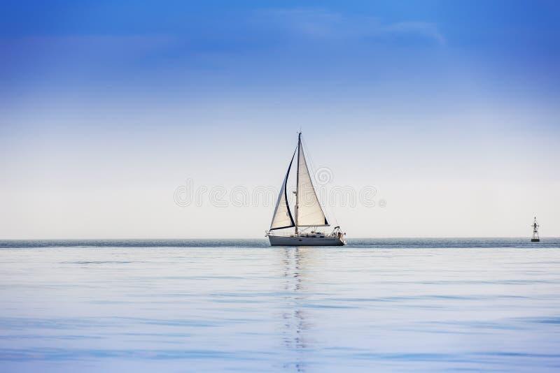 Iate do navio de navigação com velas brancas imagem de stock