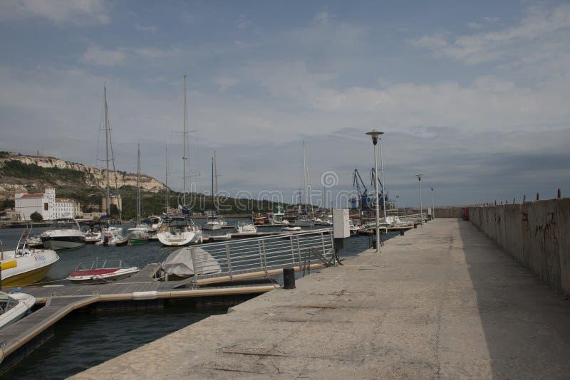 Iate do porto no balchik imagens de stock royalty free