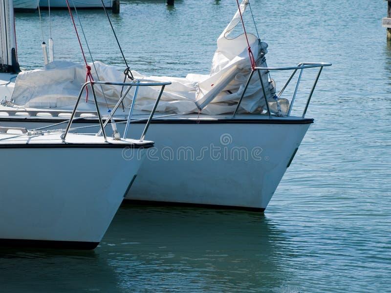 Iate dos barcos de navigação prontos para navegar fotografia de stock royalty free
