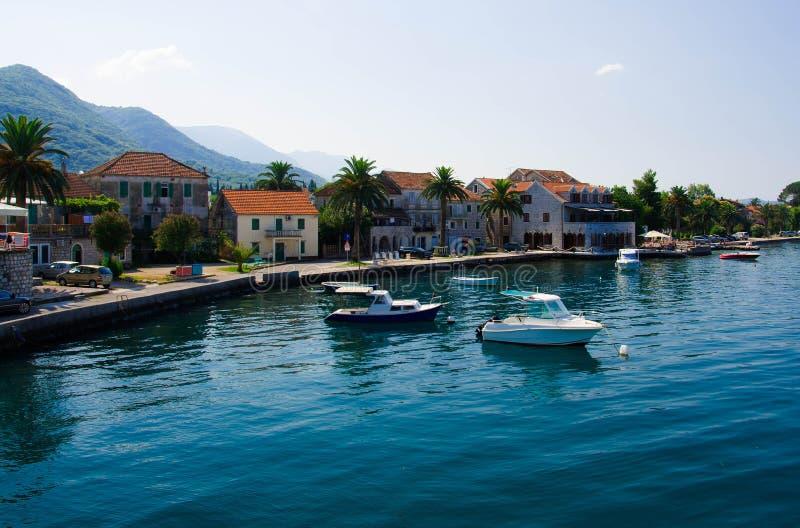 Iate e barcos de pesca, baía de Kotor, Tivat, Seljanovo, Monten fotos de stock royalty free