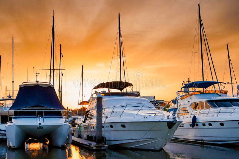 Iate e barcos que entram no porto na noite fotos de stock royalty free