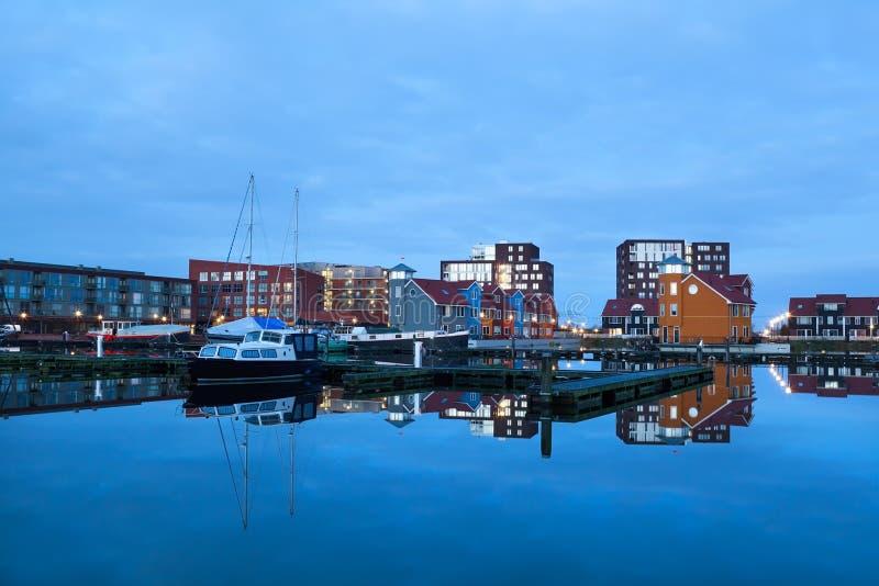 Iate e construções coloridas no porto Reitdiephaven, Groningen imagem de stock