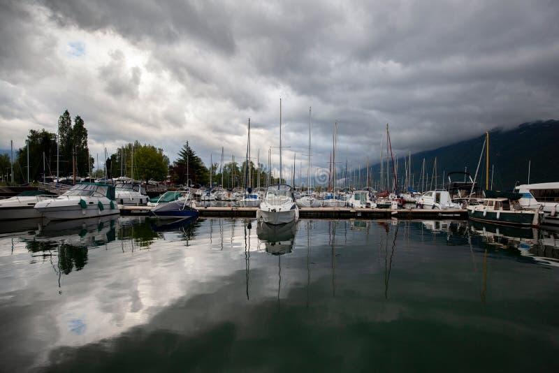 Iate e veleiros dos barcos em um porto marítimo fotos de stock royalty free