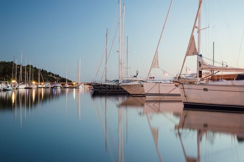 Iate e veleiros no porto foto de stock royalty free