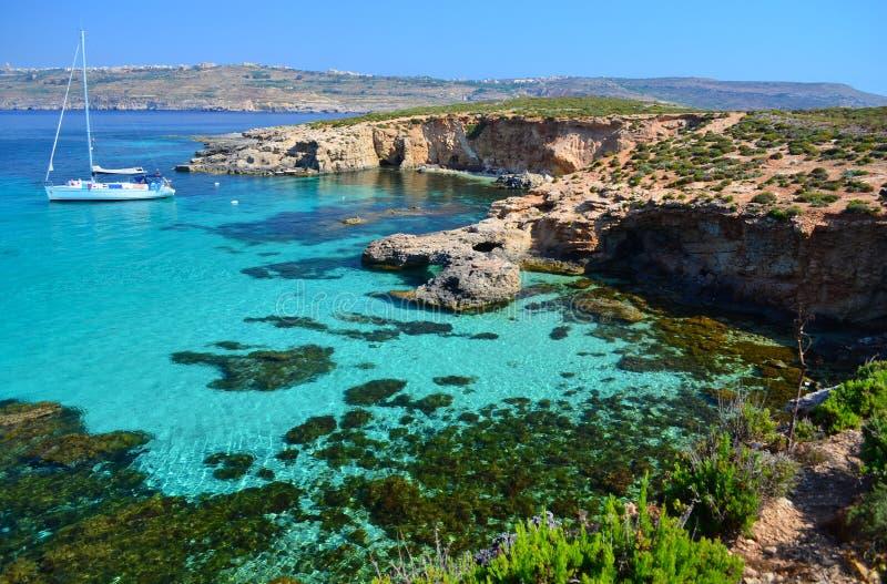 Iate em Comino - Malta imagem de stock