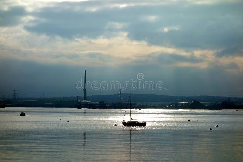 Iate em um rio em Dusk imagens de stock royalty free