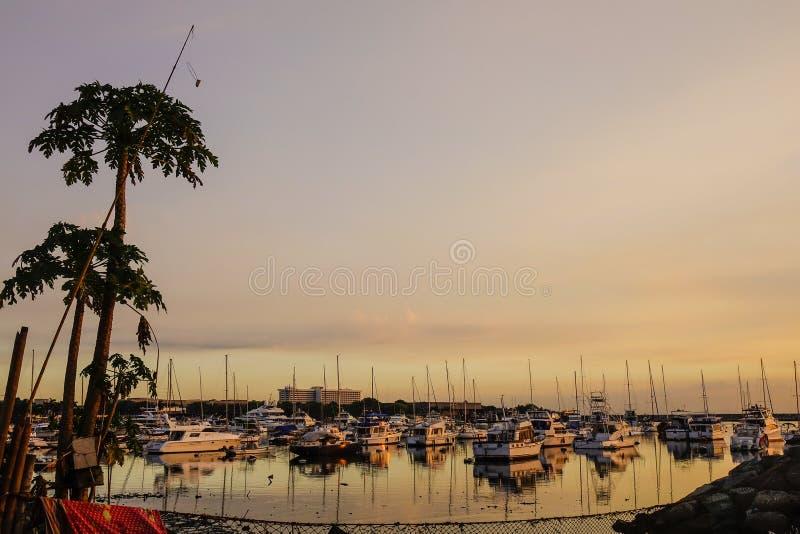 Iate entrados na baía de Manila em Filipinas imagens de stock royalty free