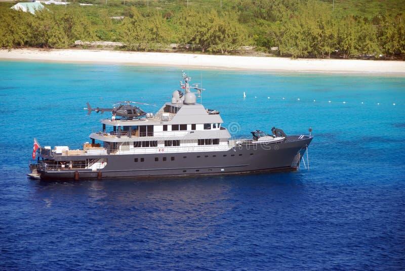 Iate luxuoso com helicóptero fotografia de stock royalty free