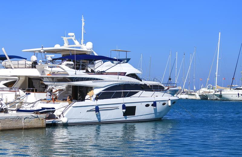 Iate luxuoso com os povos de descanso na ilha de Dodecanese do Rodes, Grécia fotografia de stock royalty free