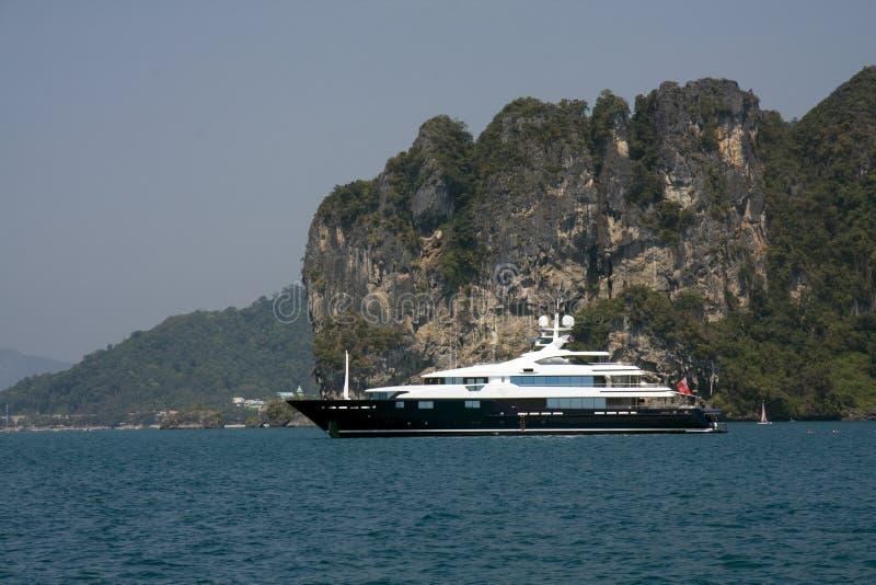 Iate luxuoso do motor, Krabi, Tailândia foto de stock royalty free