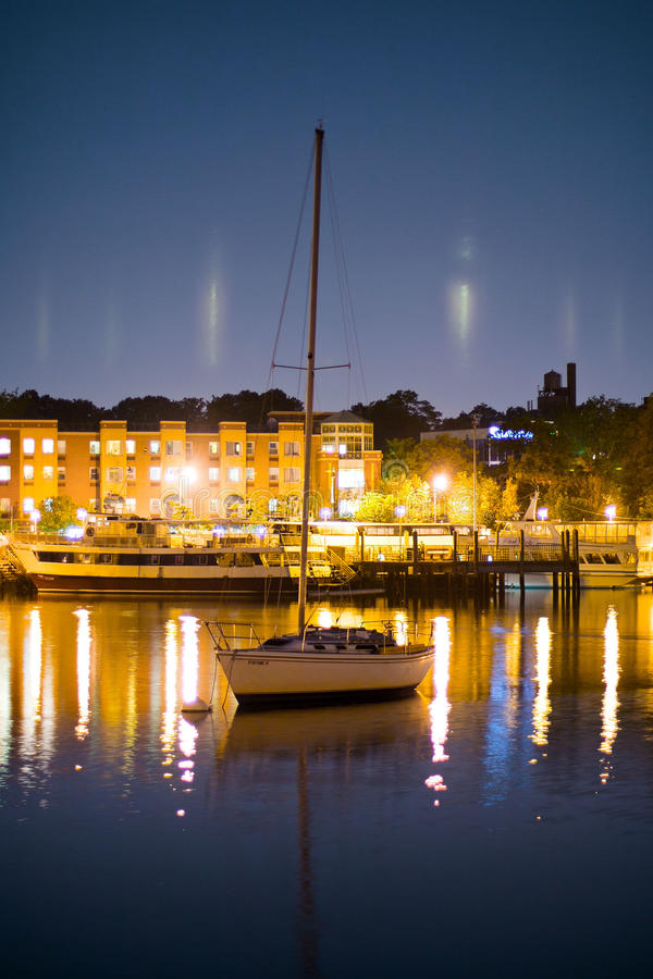 Iate luxuoso no porto na noite fotos de stock royalty free