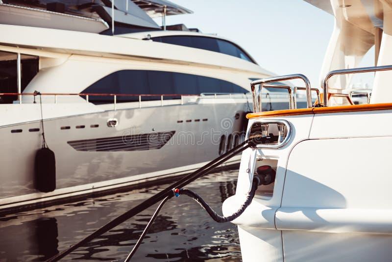 Iate luxuosos amarrados no porto de Cannes fotos de stock