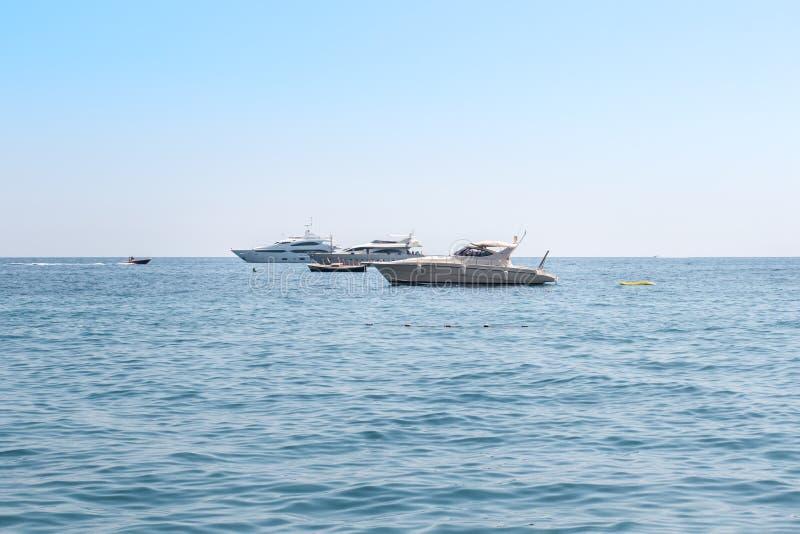 Iate luxuosos brancos, barcos de motor que flutuam no mar ou oceano Férias luxuosas da costa de Itália, Amalfi, turismo imagens de stock royalty free