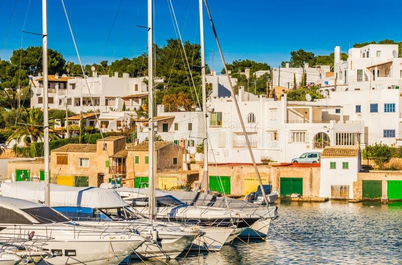 Iate luxuosos dos veleiros do porto na baía de Cala Dor em Mallorca, Espanha fotos de stock