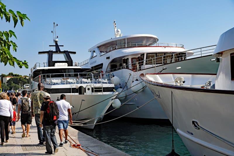 Iate luxuosos entrados no porto da separação, Croácia imagens de stock royalty free