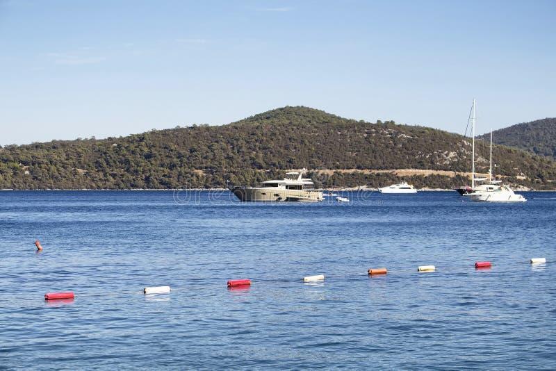 Iate luxuosos estacionados na baía de Turkbuku foto de stock royalty free