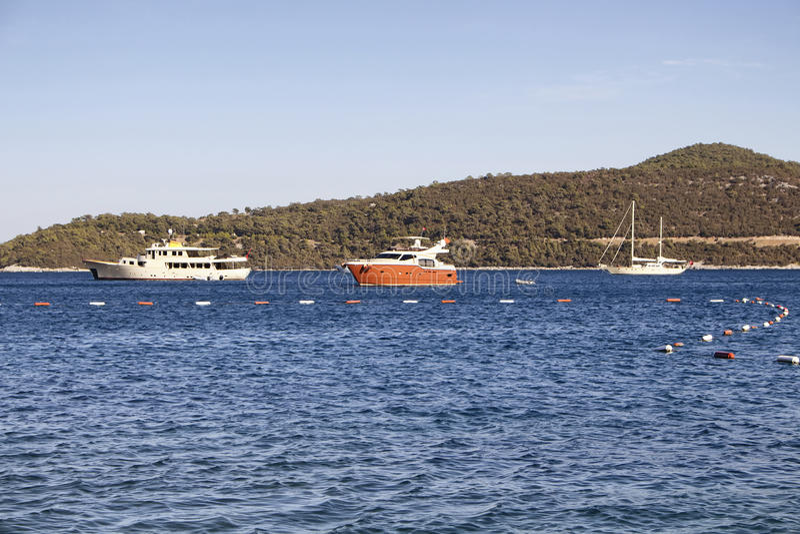 Iate luxuosos estacionados na baía de Turkbuku imagem de stock