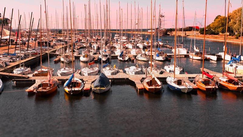 Iate luxuosos no barco do verão do mar do porto no porto do porto do curso de Tallinn Estônia 21,07,2019 ao turismo dos Estados B imagem de stock