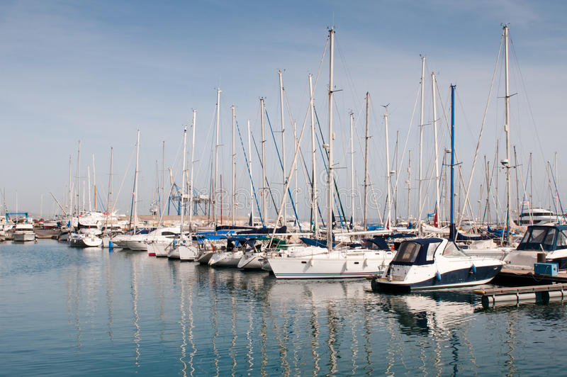 Iate luxuosos que descansam no porto de Larnaca fotos de stock