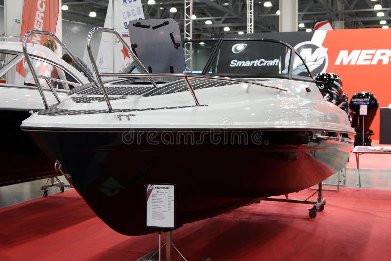 Iate Mercury Phoenix 560 para a mostra do barco do International 10 em Mosc imagens de stock royalty free