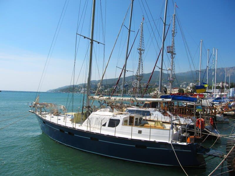 Iate na porta, Yalta, Crimeia, o Mar Negro. fotos de stock royalty free