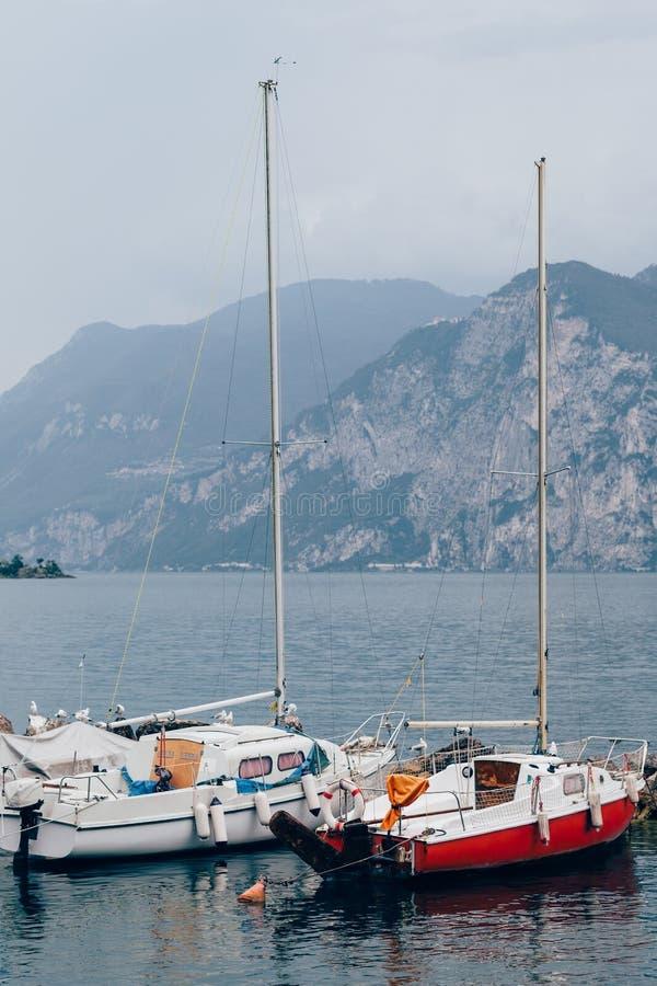 Iate no lago bonito Garda, Itália foto de stock royalty free