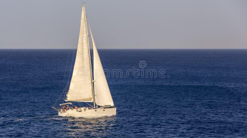 Iate no mar aberto imagem de stock
