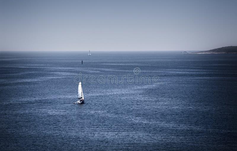 Iate no mar azul foto de stock