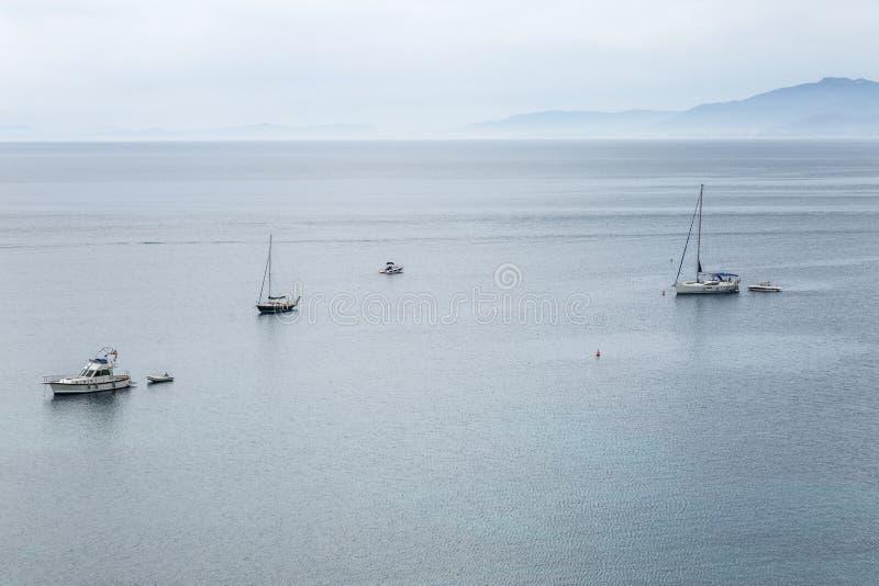 Iate no mar, vista de cima de Embaçamento azul, paisagem bonita foto de stock