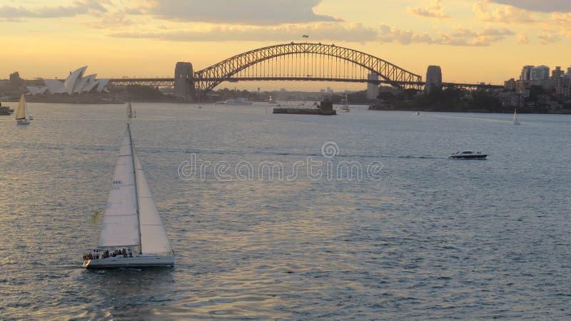 Iate no por do sol em Sydney Harbour foto de stock royalty free