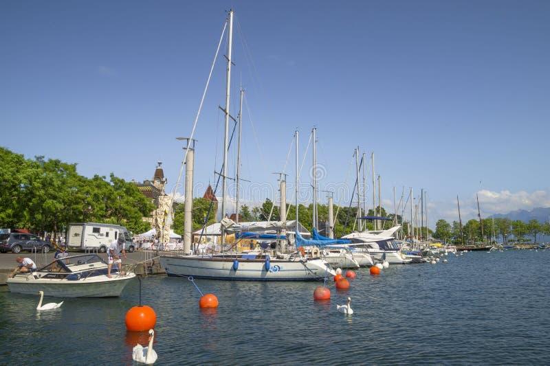 Iate no porto do porto de Ouchy em Lausana imagem de stock royalty free