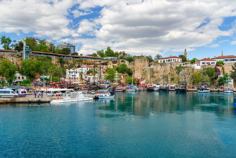Iate no porto velho em Antalya Turquia imagem de stock