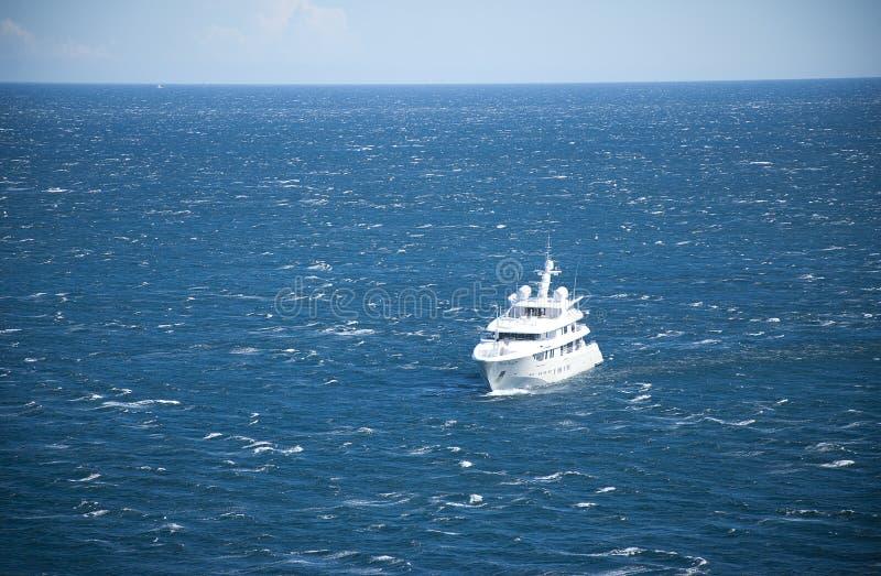Iate para fora no mar foto de stock royalty free