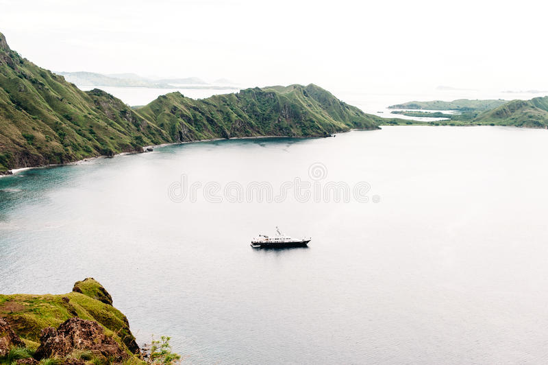 Iate perto da ilha de Padar, parque nacional de Komodo em Nusa do leste Tenggara, Indonésia imagens de stock royalty free